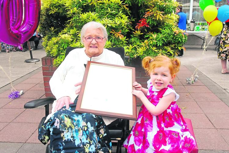 annie is pictured with her great grand daughter kate murphy 3 holding the special letter and cheque sent by president michael d higgins in honour of the